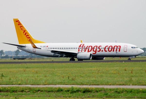 土耳其客机降落时爆胎 机场跑道划出一米长口子