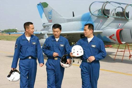 """生命在悬崖边舞蹈的人:中国试飞员,真正的""""蓝天硬汉"""""""